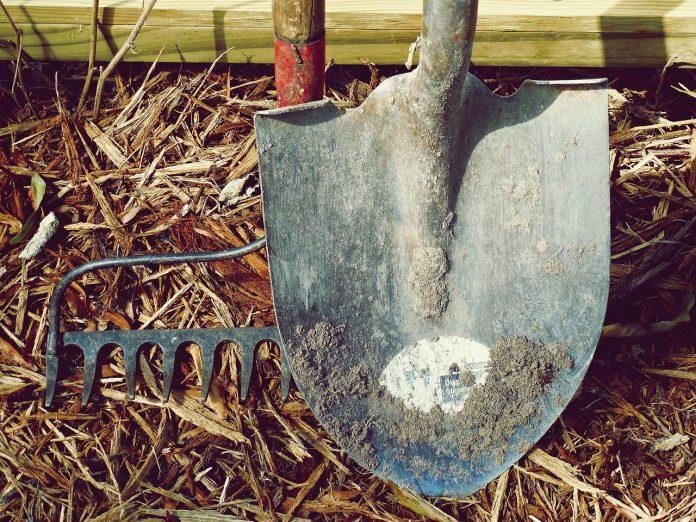éloigner les enfants de vos outils de jardin